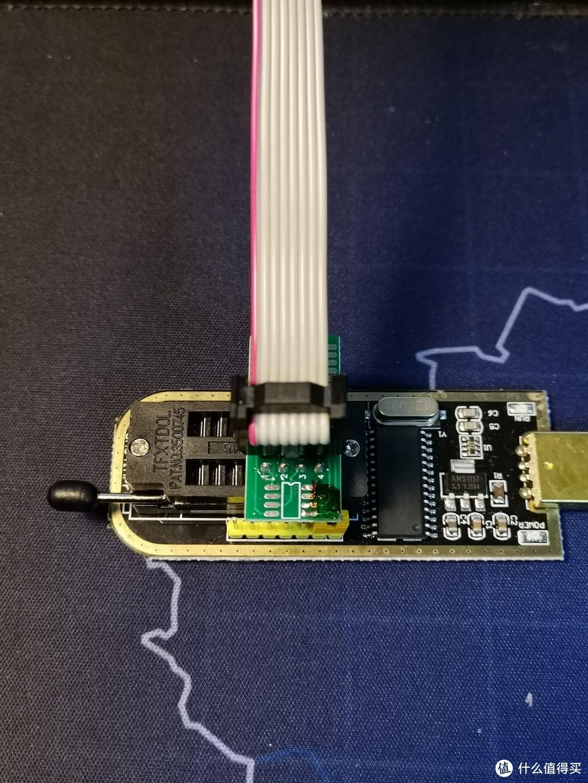 转接器的1号脚对应编程器的一号脚插入,锁死